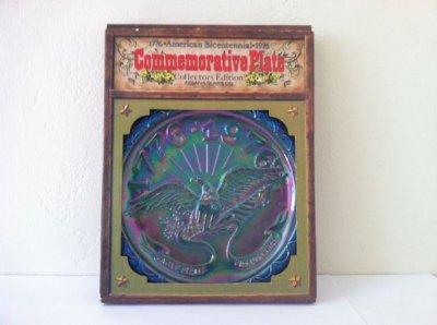 画像1: インディアナグラス 1976年アメリカ建国200年記念 アメリカン・イーグル ブルー・カーニバルグラス飾り皿 新品箱つき