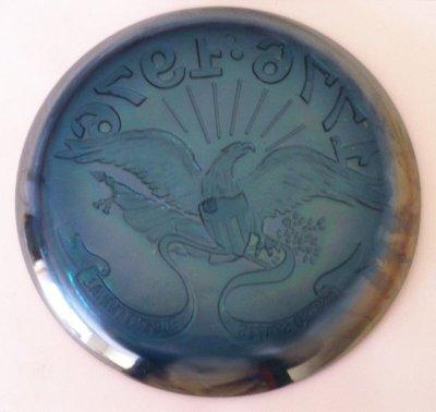 画像4: インディアナグラス 1976年アメリカ建国200年記念 アメリカン・イーグル ブルー・カーニバルグラス飾り皿 新品箱つき