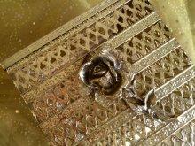 他の写真1: ビンテージ・ゴールドメタル・フィリグリー ティッシュボックス・カバー 薔薇のアクセント