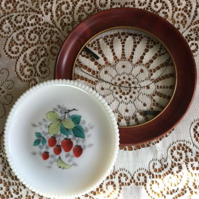 画像2: ウェストモーランド ミルクグラス ビーズエッジ 手描きフルーツ サラダプレート 苺 木製フレーム付